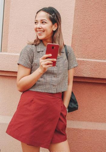 Patricia Prieto with the Red Samsung Galaxy J6+